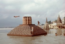 Raghubir Singh: Man Diving, Ganges Flood, Benares, 1985